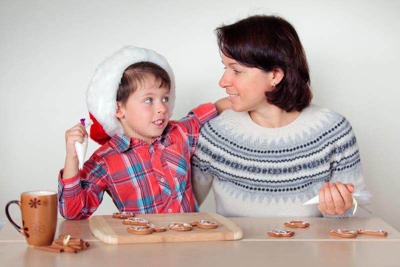 TARGET1061_0_ piernikowych ciastka szczęśliwi ludzie zdjęcia stock
