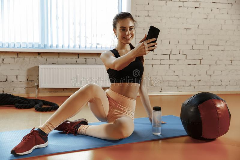 TARGET18_0_ po target20_1_ Piękna młoda kobieta robi selfie fotografii obraz royalty free