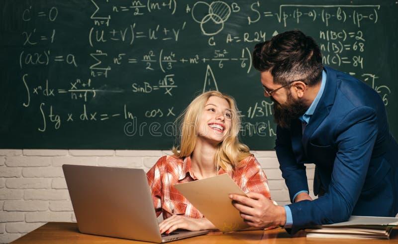 TARGET56_1_ przy uniwersytetem Studenckiego studiowania Ci??ki egzamin Edukacja i uczenie zaludniamy poj?cie - ?e?ski ucze? i nau zdjęcia stock