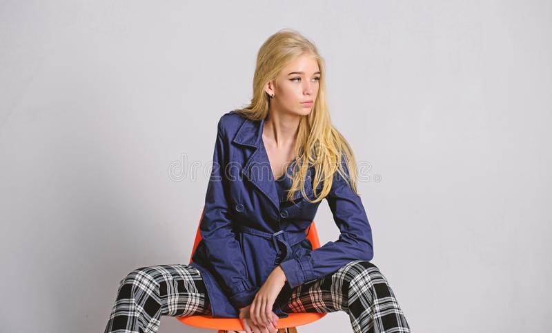TARGET626_0_ style Dziewczyny mody modela odzie?y ?akiet dla wiosna sezonu Okopu ?akieta mody trend Musi mie? poj?cie Kobieta obraz stock
