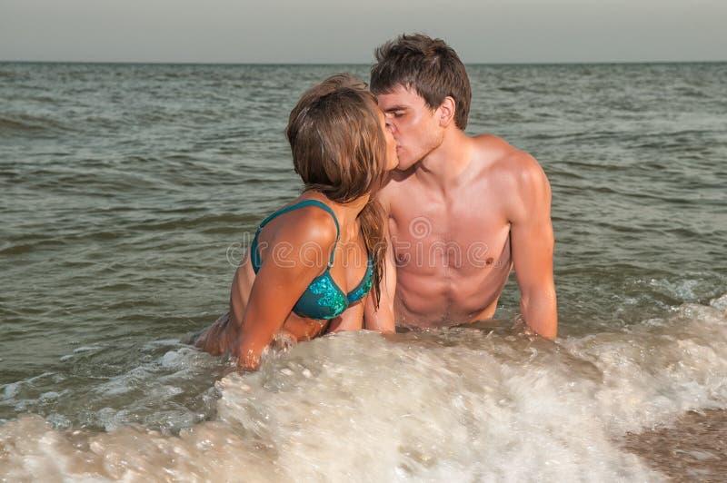 target726_0_ szczęśliwych wakacje plażowa para zdjęcia royalty free