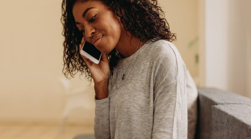 target2590_0_ telefon komórkowy kobieta obrazy stock