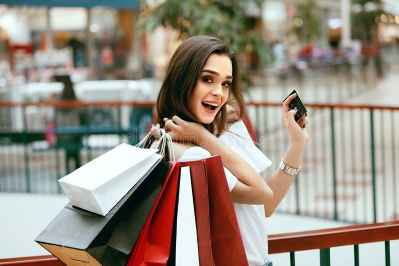 TARGET1058_1_ Z Kredyt Kartą Kobieta z torba na zakupy w centrum handlowym zdjęcie royalty free