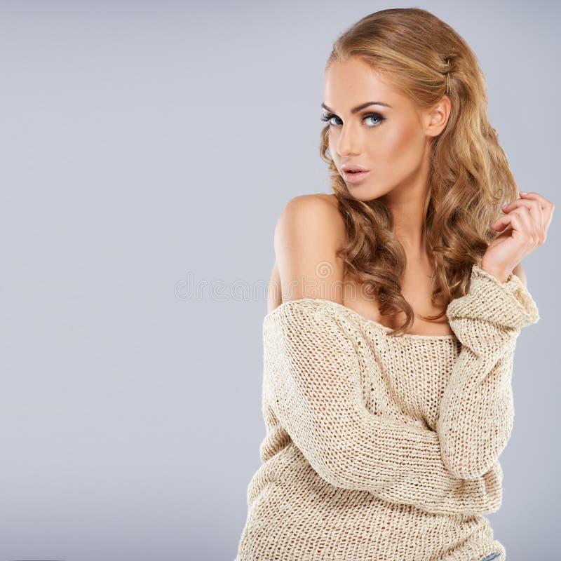 TARGET1031_0_ blondynki ładna dziewczyna podczas gdy odizolowywający obrazy royalty free
