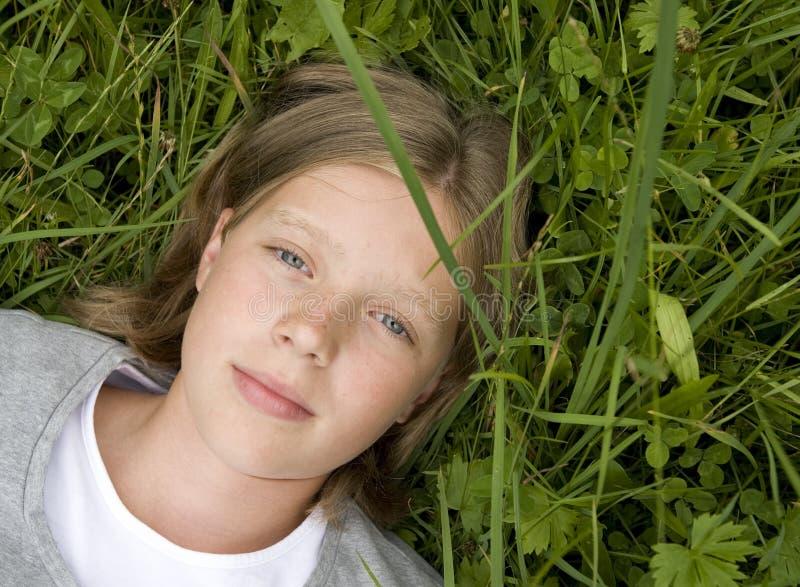 target1040_0_ dziewczyny trawy łgarskich potomstwa zdjęcia stock