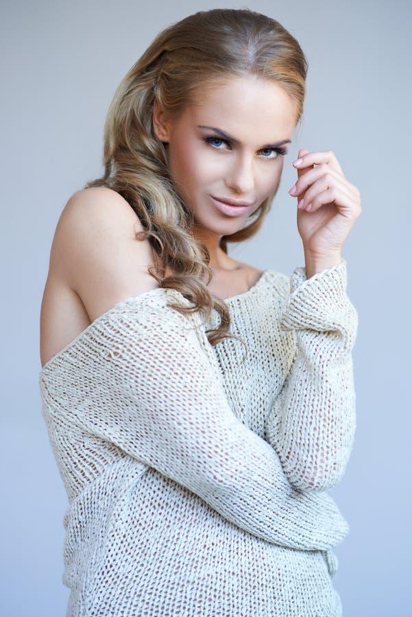 TARGET1075_0_ blondynki ładna dziewczyna podczas gdy odizolowywający zdjęcia stock