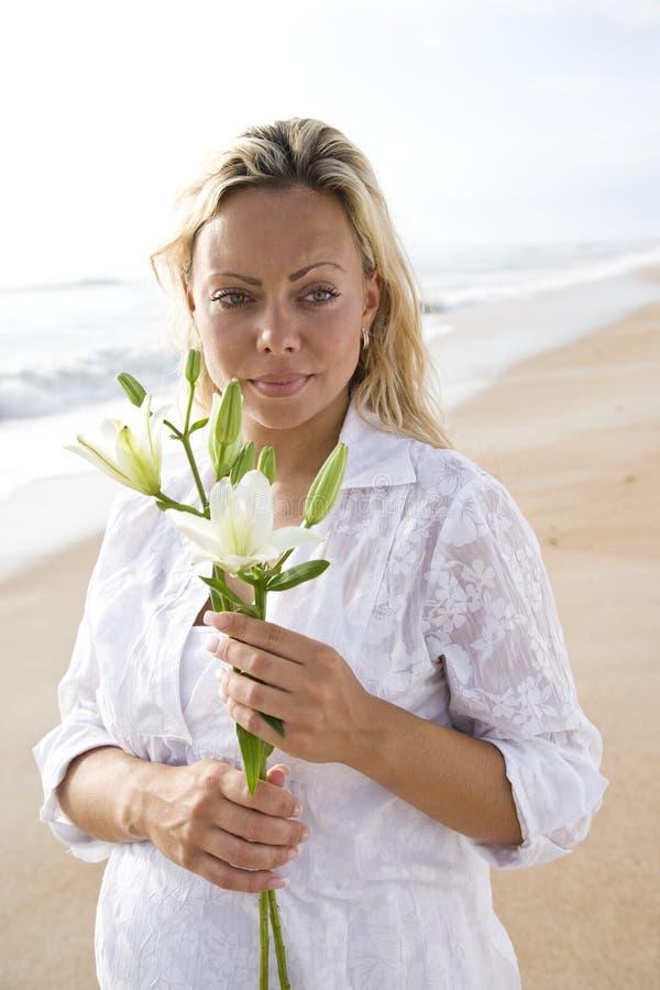 Download Target1119_1_ Ciężarnej Białej Kobiety Plażowy Kwiat Zdjęcie Stock - Obraz złożonej z kwiat, hairball: 13329754