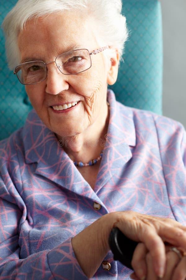 TARGET1136_0_ W Krześle starsza Kobieta obraz stock