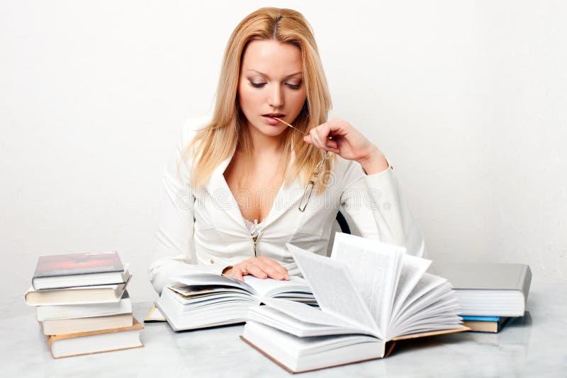 target1153_1_ stołowej kobiety książek szkła młody zdjęcie stock