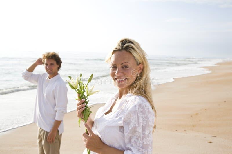 target1165_1_ ciężarnego biel para plażowy kwiat zdjęcia royalty free