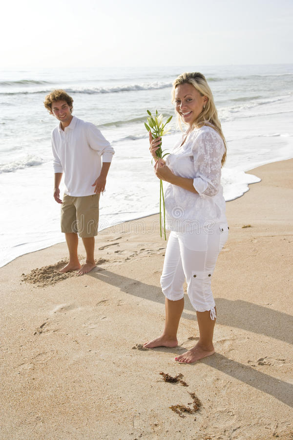 Download Target1194_1_ Ciężarnego Biel Para Plażowy Kwiat Obraz Stock - Obraz złożonej z mężczyzna, uśmiech: 13329765