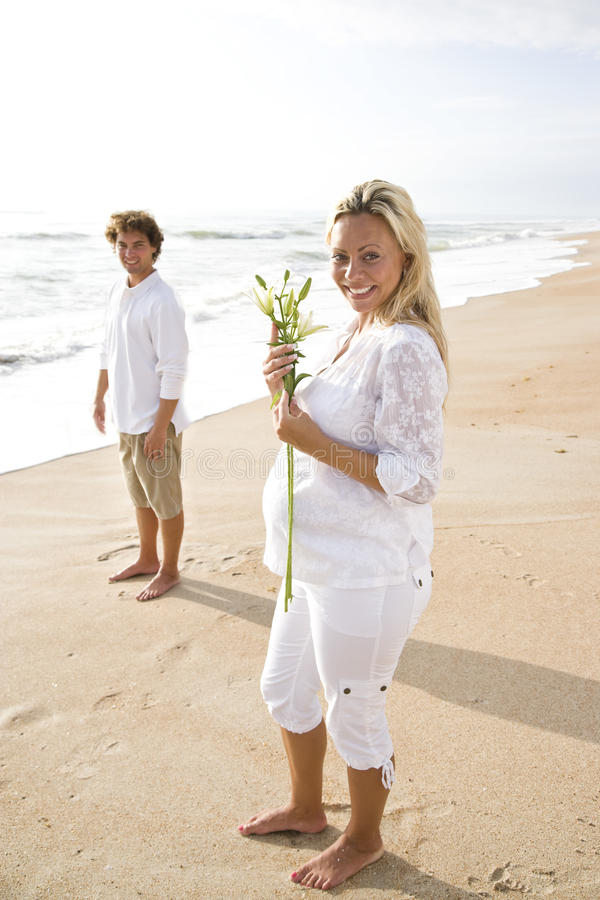 Download Target1251_1_ Ciężarnego Biel Para Plażowy Kwiat Obraz Stock - Obraz złożonej z piasek, zawartość: 13329773
