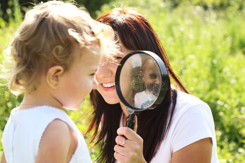 target14_0_ matki szklani dziewczyn spojrzenia który zdjęcia stock