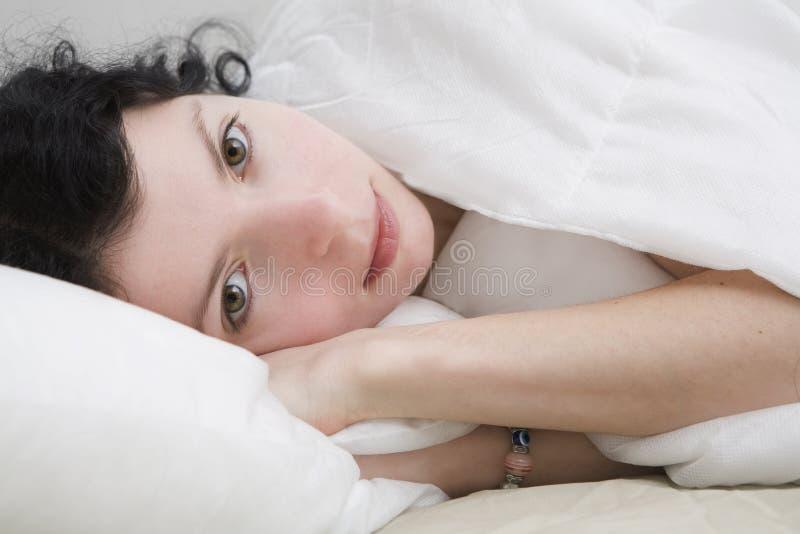 target1482_1_ rozważnej kobiety brunetka atrakcyjny kędzior zdjęcia stock