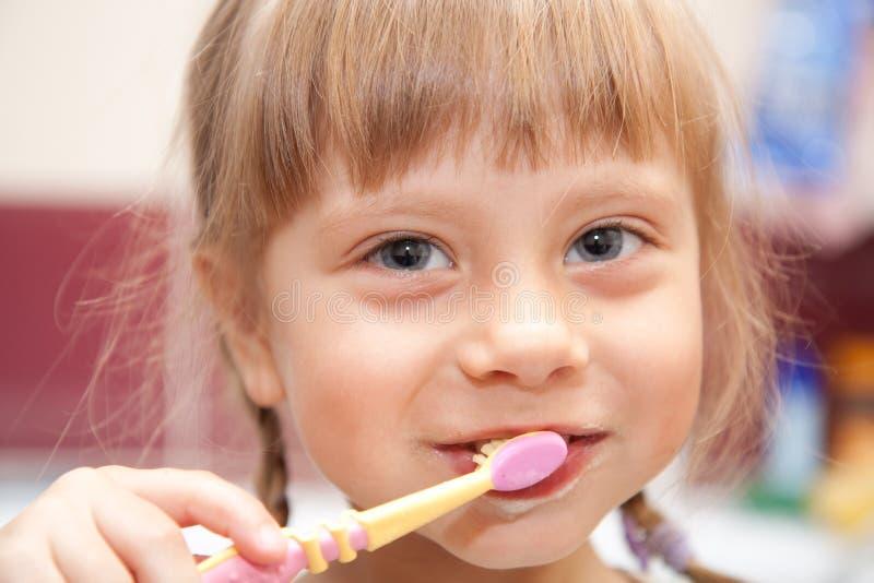 target1507_0_ dziewczyna młodzi jej zęby obrazy stock