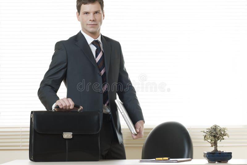 target1666_0_ idzie do domu właśnie biuro przygotowywający zdjęcie stock