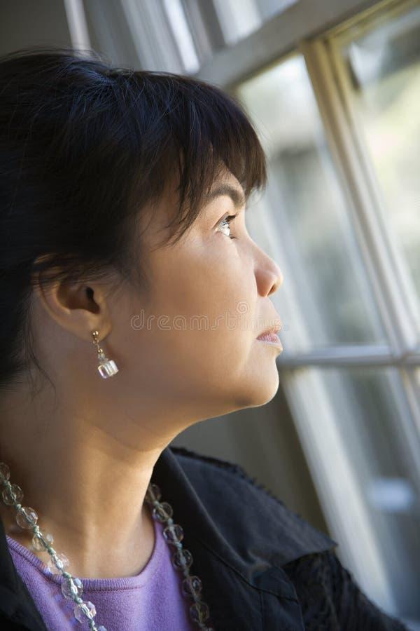 target1691_0_ kobieta nadokiennej kobiety zdjęcie royalty free