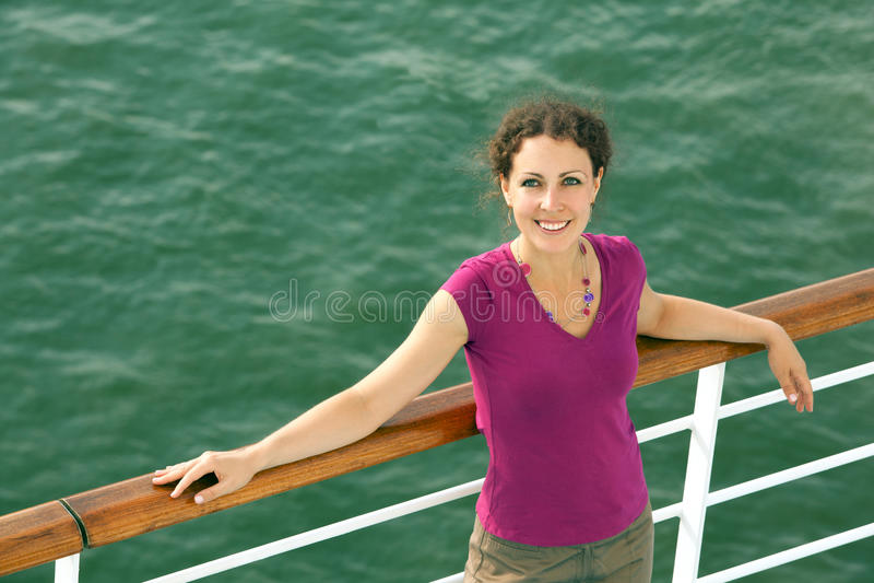 TARGET174_0_ na statku uśmiechnięta dziewczyna obraz stock