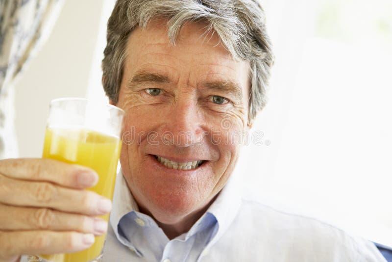 target1781_0_ soku mężczyzna pomarańczowy starszy ja target1786_0_ obraz royalty free