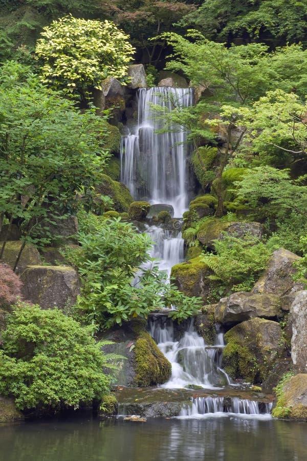 TARGET183_0_ siklawa w japończyka ogródzie w Portland zdjęcie stock