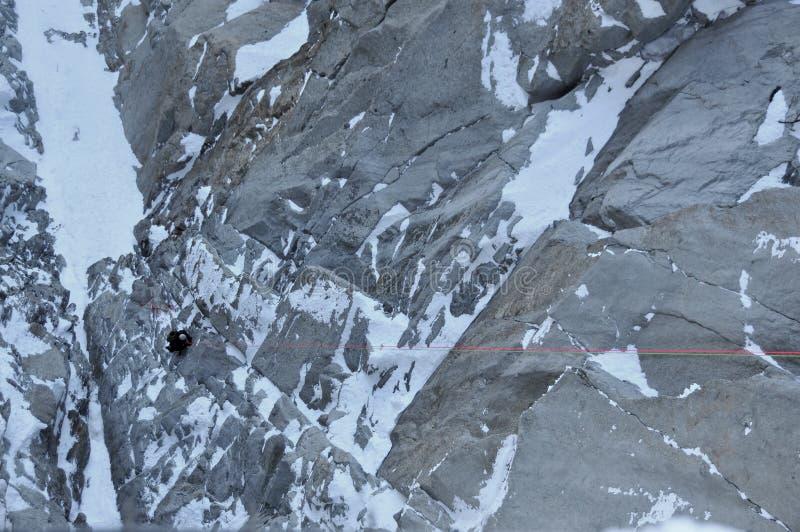 target2003_1_ zakrywającego twarzy skały śnieg obrazy stock