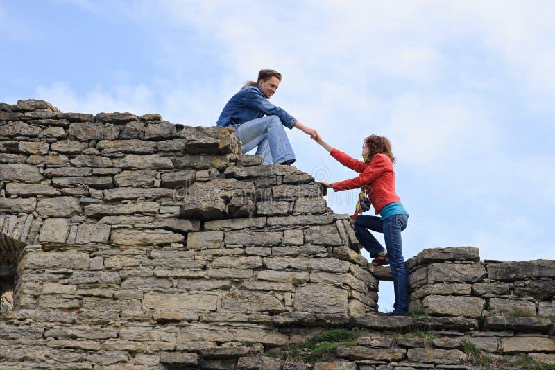 target2103_0_ kobiety pomaga wspinaczka mężczyzna zdjęcia royalty free