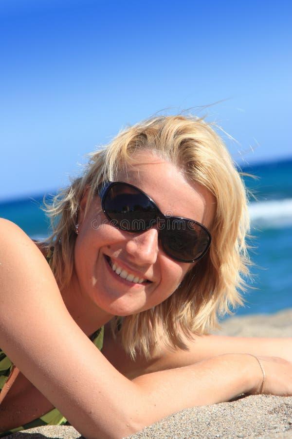 target2124_0_ kobiet potomstwa zamknięci plaż oczy zdjęcia stock