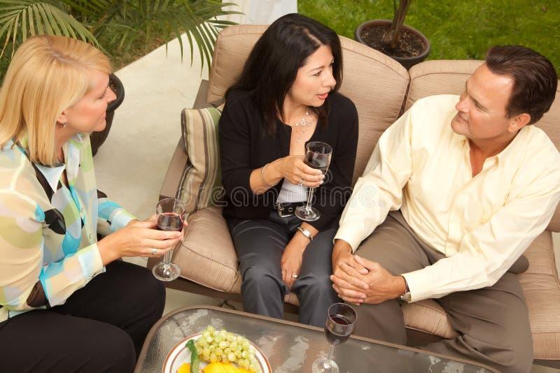 target2464_0_ przyjaciół patia trzy wino obrazy stock