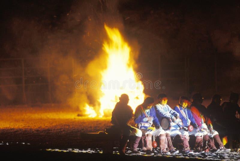 TARGET265_1_ przed ogniskiem rodowitych Amerykan mężczyzna zdjęcia royalty free