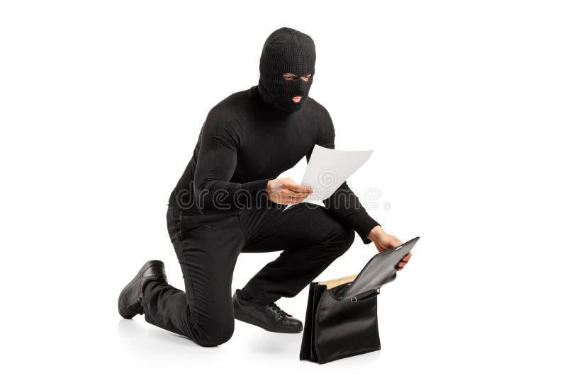 TARGET290_1_ złodzieja poufni dokumenty obrazy royalty free