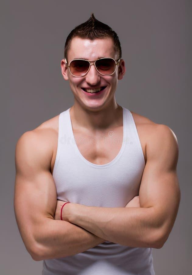TARGET309_0_ czarny target312_0_ okularów przeciwsłoneczne mięśniowy mężczyzna obrazy royalty free