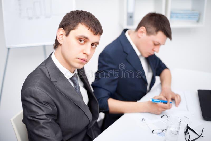 TARGET357_1_ w biurze dwa młodego biznesmena obraz stock