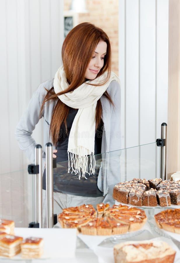 TARGET373_0_ przy piekarni gablotę wystawową dama w szaliku obraz royalty free