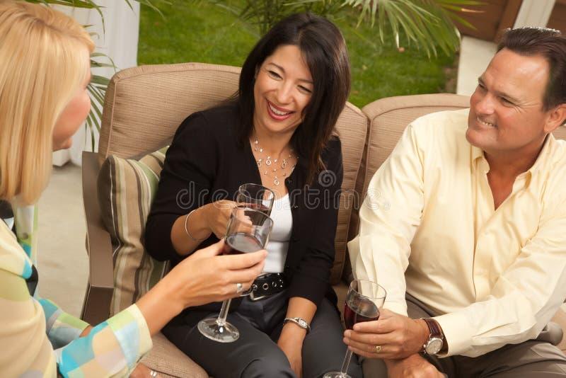 target41_0_ przyjaciół patia trzy wino obrazy royalty free