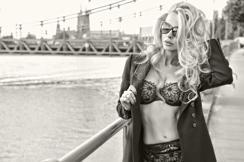 TARGET437_0_ okulary przeciwsłoneczne atrakcyjna młoda kobieta obraz stock