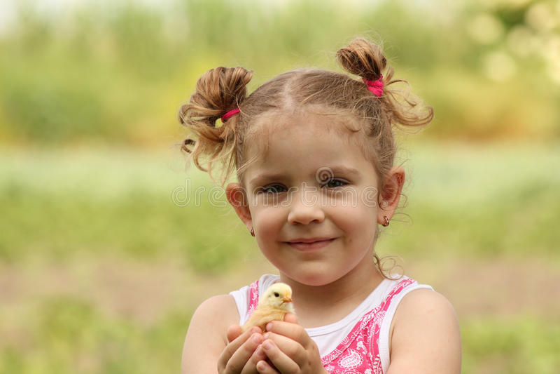 target478_1_ małych potomstwa kurczak dziewczyna zdjęcia stock