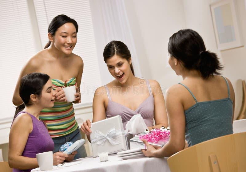 target480_1_ zdziwionej kobiety przyjaciół prezenty obrazy royalty free