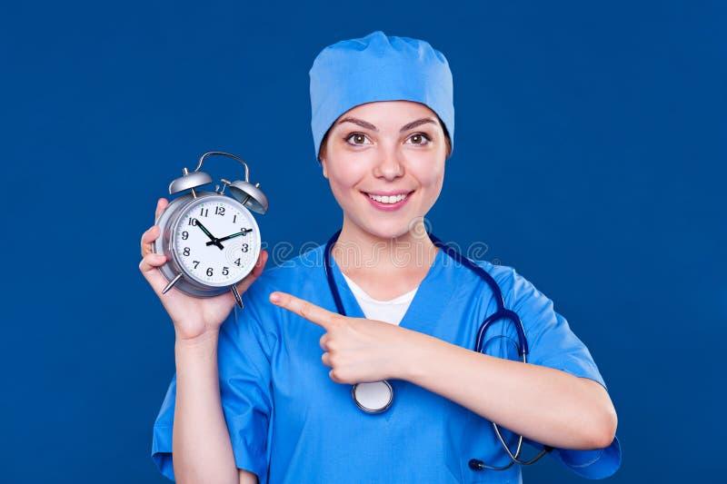 TARGET507_0_ przy budzikiem Smiley pielęgniarka obrazy royalty free