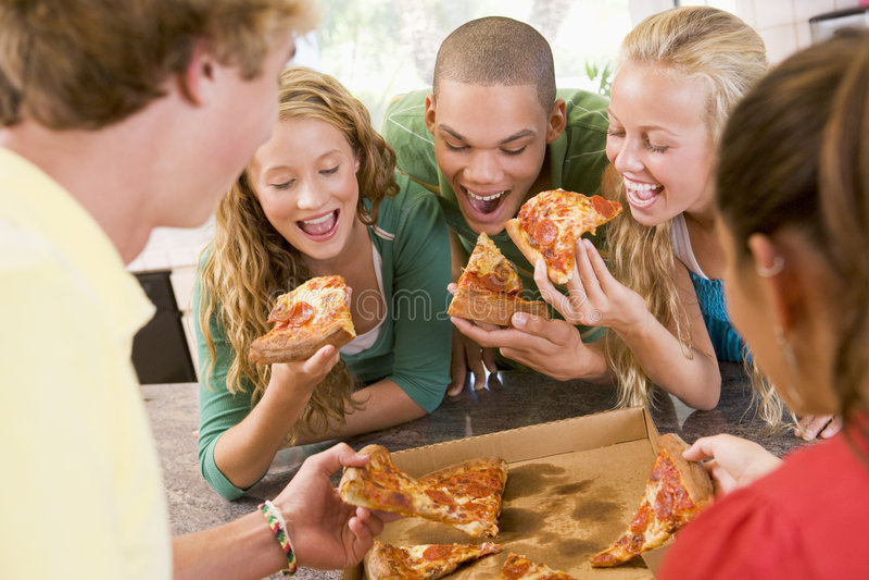 target627_1_ pizza grupowych nastolatków zdjęcia royalty free
