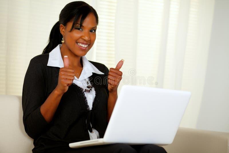 TARGET635_0_ Internety młoda wykonawcza kobieta zdjęcie royalty free