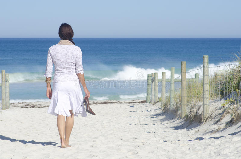 TARGET645_0_ przy oceanem kobiety odprowadzenie zdjęcia stock