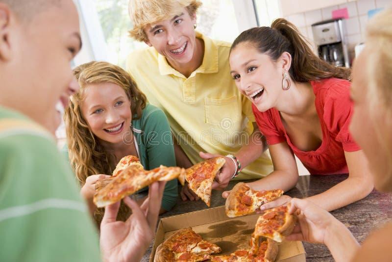 target693_1_ pizza grupowych nastolatków obraz stock