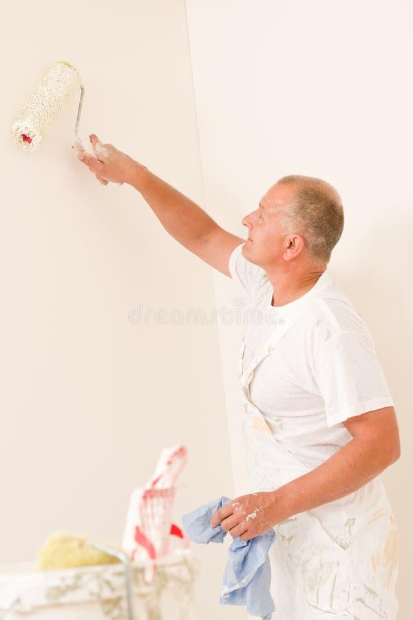 target696_0_ do domu mężczyzna dojrzałego farby rolownika fotografia royalty free