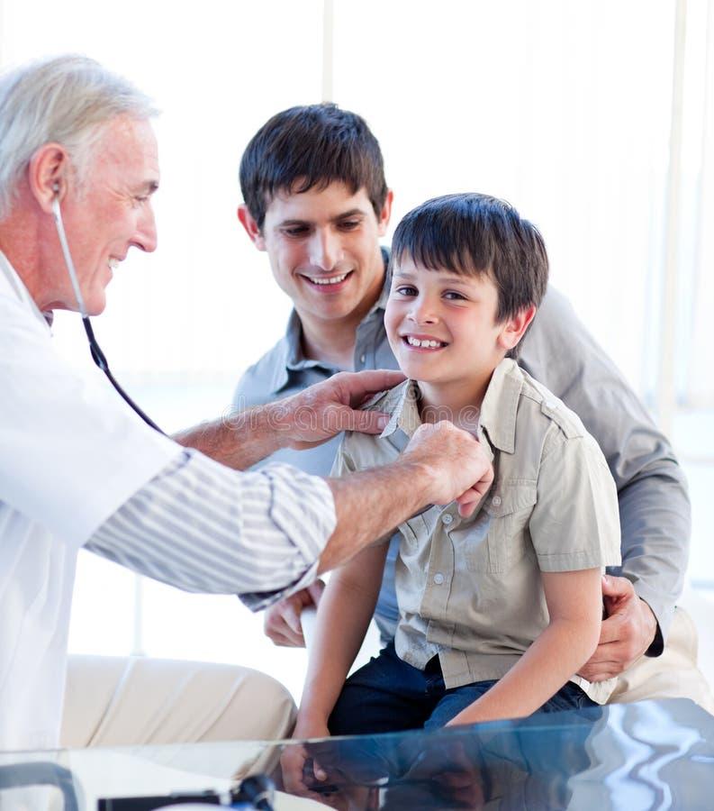 Download Target715_0_ Małego Pozytyw Chłopiec Lekarka Zdjęcie Stock - Obraz złożonej z samiec, lekarka: 13342360