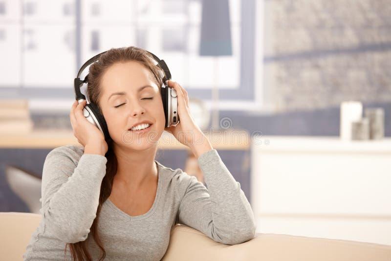 target75_0_ hełmofonów muzyczni kobiety potomstwa zdjęcia stock