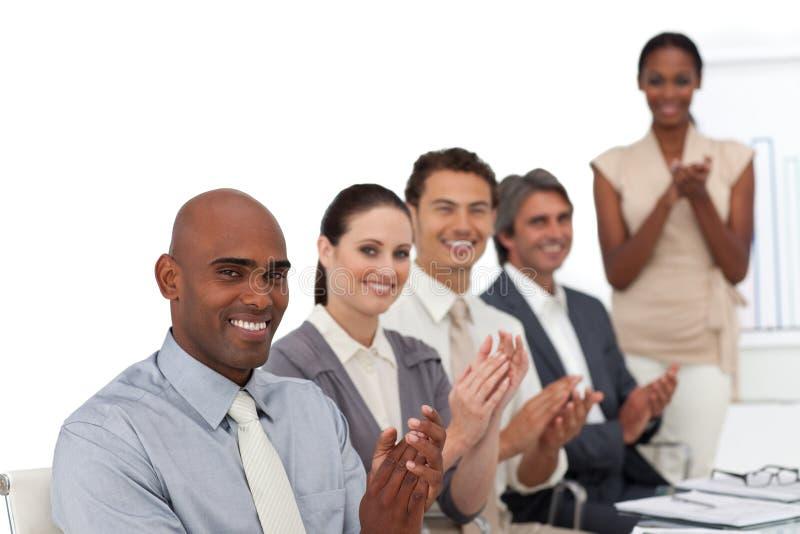 TARGET775_0_ uśmiechnięci ludzie biznesu obrazy stock