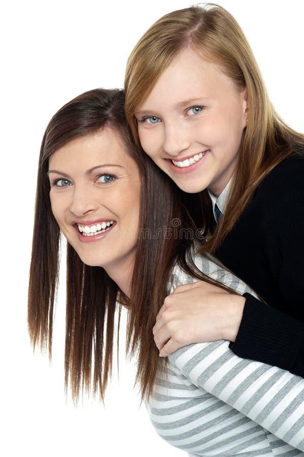 TARGET816_0_ piggyback przejażdżkę ładna córka obraz stock