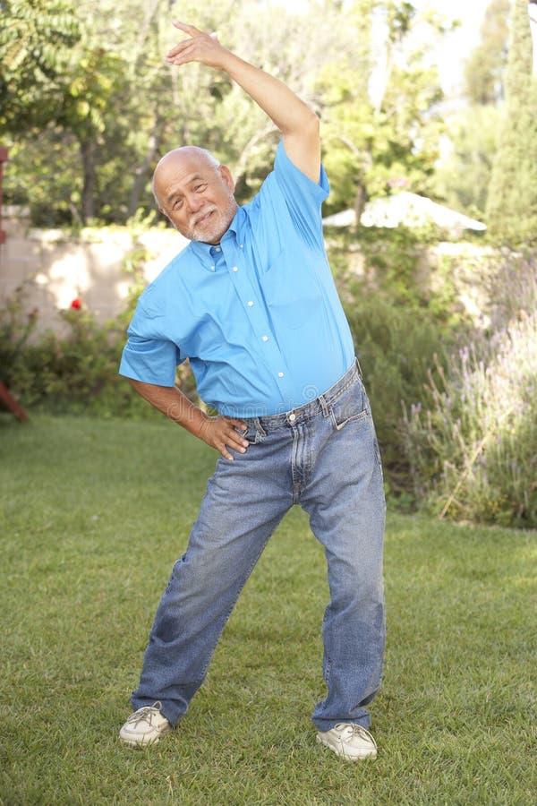 target820_0_ mężczyzna ogrodowego seniora obrazy stock