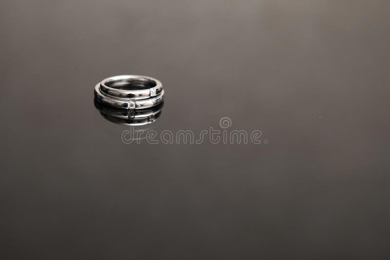 target922_1_ biel czarny pierścionki fotografia royalty free