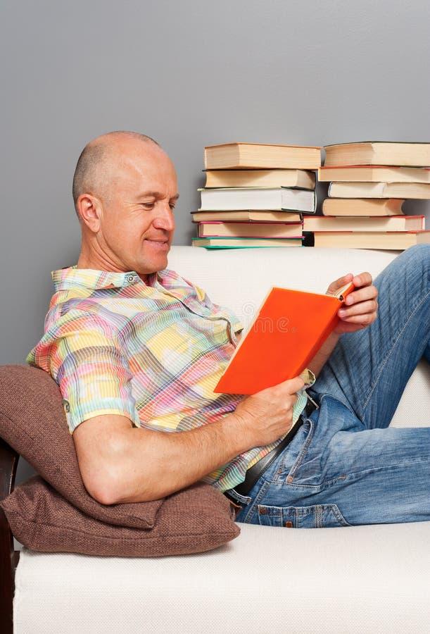 TARGET971_1_ książkę w domu starszy mężczyzna zdjęcie stock